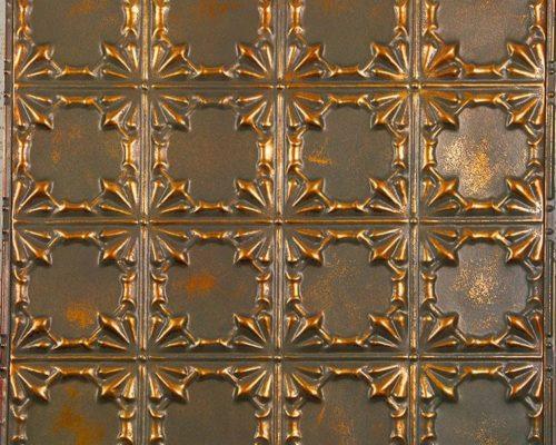 Gepatineerd koperen wandtegel met patroon en verouderde, vintage look