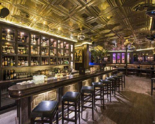 Stalen gouden plafondtegels bij een chique club in Zwitserland, voor een exclusieve uitstraling.