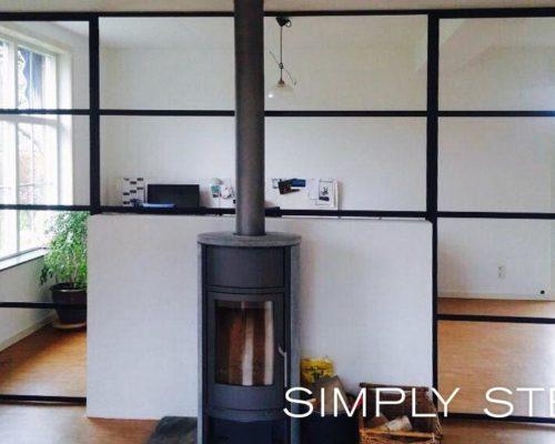 Stalen pui in woning als afscheidingen tussen woonkamer en keuken