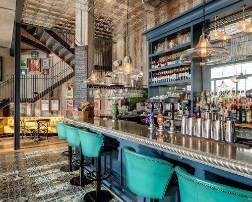 Rvs plafondtegels gecombineerd met Portugese tegels bij trendy restaurant in Engeland