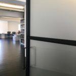 Stalen deur in kantoor interieur