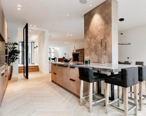 Amsterdamse design woning met luxe keuken en stalen taatsdeur