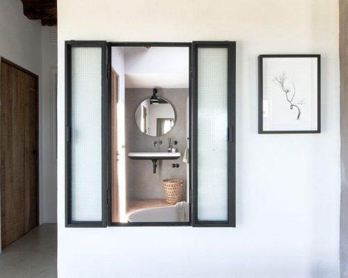 Stalen raam binnen van badkamer naar hal